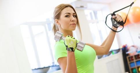 10 удобных причесок для спортзала и средства для волос