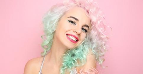 Почему девушки с цветными волосами часто ходят с засаленной грязной головой?