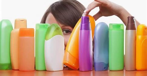 Опасно ли женщине мыть голову мужским шампунем