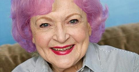 Почему так много бабушек с фиолетовыми волосами