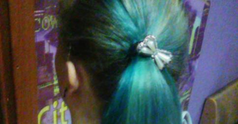 История повторяется — ученицу с голубыми волосами отправили домой смывать краску