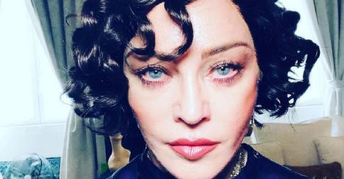 Мадонна покрасилась в черный и сделала прическу а-ля 60-е