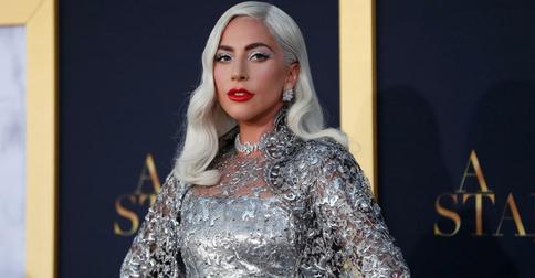 Элегантный наряд и короткая стрижка: Леди Гага продолжает удивлять