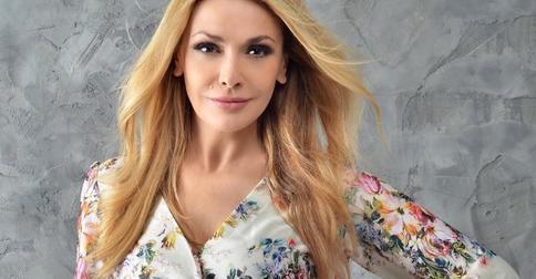 Ольга Сумская в образе «рыжей бестии» показала кадры со съемок сериала