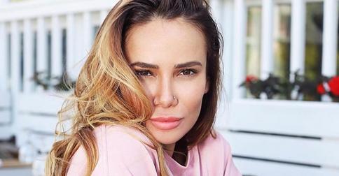 Сама от себя не ожидала: Айза Анохина показала свои персиково-розовые волосы