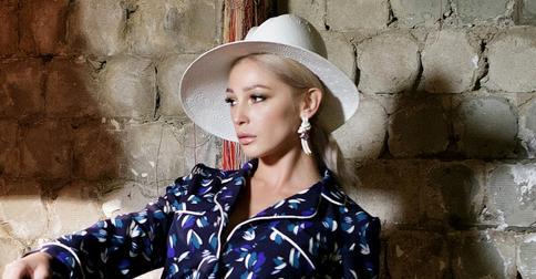 Настя Ивлеева удивила элегантной прической в стиле Мэрилин Монро
