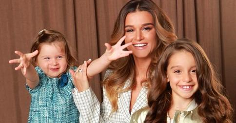 Ксения Бородина разрешила дочерям покрасить волосы в розовый цвет
